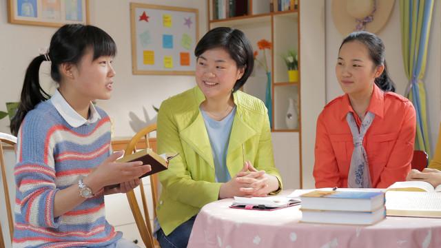 人生の新たな道を発見しました,集会で姉妹が神の御言葉を読む